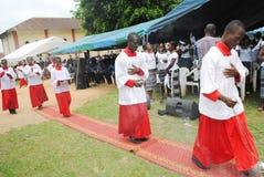 WEIHE EINES PRIESTERS Stockbild
