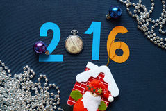 Weihnachten-backgroSanta Clausund mit Zahlen, Taschenuhren und Santa Claus Lizenzfreie Stockfotos