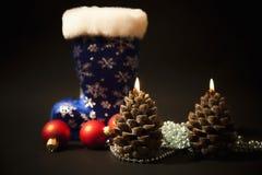 Weihnachten-Baum Dekorationen und Weihnachtskerzen Stockbild