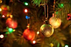 Weihnachten-Baum, Girlanden und Dekorationkugeln Lizenzfreies Stockbild