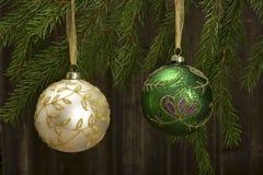 Weihnachten-Baumdekorationen auf Baumasten einer Tanne Stockfotografie