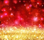 Weihnachten Bokeh - goldenes Funkeln mit glänzendem Rot Lizenzfreies Stockbild