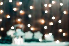 Weihnachten-bokeh verwischte Hintergrund mit Girlande, Kerze, Laterne, Weihnachtsbaum Lizenzfreie Stockfotos