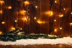 Weihnachten-bokeh verwischte Hintergrund mit Girlande, Kerze, Laterne, Weihnachtsbaum Stockfotografie