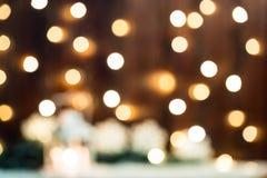 Weihnachten-bokeh verwischte Hintergrund mit Girlande, Kerze, Laterne, Weihnachtsbaum Lizenzfreies Stockbild