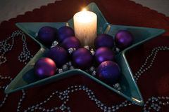 Weihnachten, brennende Kerze mit schönen Weihnachtsbällen Stockfoto