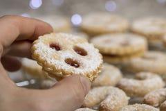 Weihnachten Coookies, Linzer Augen, traditionelle autrian Plätzchen stockbild