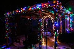 Weihnachten, das herauf den Winter-Schnee beleuchtet stockfotos