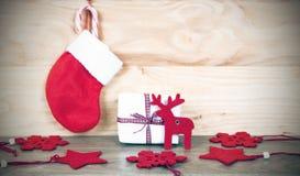 Weihnachten-decorationson hölzerner Hintergrund lizenzfreie stockfotos