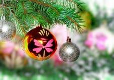 Weihnachten, Dekorationbälle des neuen Jahres, grünes Lametta Lizenzfreie Stockbilder