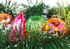 Weihnachten, Dekorationbälle des neuen Jahres, grünes Lametta Lizenzfreie Stockfotografie