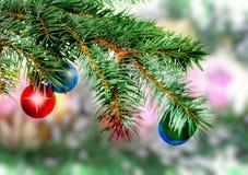 Weihnachten, Dekorationbälle des neuen Jahres, grünes Lametta Lizenzfreies Stockbild