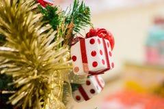 Weihnachten dekorativ mit Geschenkbox Lizenzfreie Stockfotos
