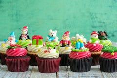 Weihnachten des kleinen Kuchens auf dem hölzernen stockbild