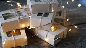 Weihnachten - eine Gruppe Geschenke auf dem Hintergrund von Girlanden Nahaufnahme stock footage
