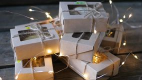 Weihnachten - eine Gruppe Geschenke auf dem Hintergrund von Girlanden Nahaufnahme stock video
