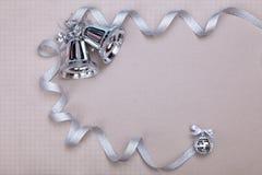 Weihnachten eingestellt mit Glocken und silbernem Band Stockfotografie