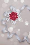 Weihnachten eingestellt mit Schneeflocken und silbernem Band Lizenzfreie Stockfotos