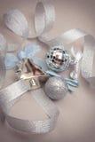 Weihnachten eingestellt mit Spielwaren und silbernem Band Stockfotografie