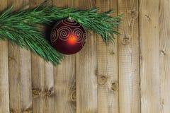 Weihnachten entkernte Niederlassungen auf hölzernem Hintergrund Lizenzfreie Stockbilder