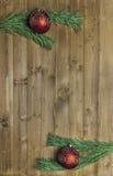 Weihnachten entkernte Niederlassungen auf hölzernem Hintergrund Lizenzfreie Stockfotografie
