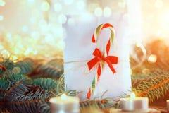 Weihnachten-etter für Sankt mit Zuckerstangen und Kerze auf ight Ba Stockfotografie