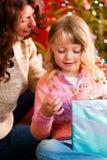 Weihnachten - Familie mit Geschenken auf Weihnachten Eve Lizenzfreie Stockfotografie