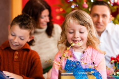 Weihnachten - Familie mit Geschenken auf Weihnachten Eve Stockfotos
