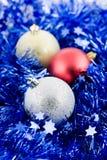 Weihnachten farbige Kugeln im blauen Filterstreifen Stockfoto
