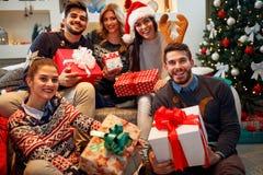 Weihnachten, Feiertage, Glück und Konzept-lächelnder Freund der Leute Stockbilder