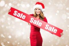 Weihnachten - Frau hält Hände: Untertitel des Brettes im Verkauf lizenzfreies stockfoto