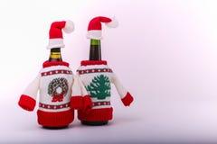 Weihnachten gekleidete Flaschen stockbild