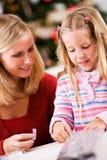 Weihnachten: Geschenke für Weihnachten zusammen einwickeln Lizenzfreies Stockbild