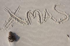 Weihnachten geschrieben auf den Sand lizenzfreie stockfotos