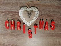 Weihnachten geschrieben mit Dekoration Stockfotografie