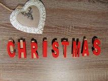Weihnachten geschrieben mit Dekoration Stockfotos