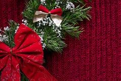 Weihnachten gestrickter Hintergrund mit Kranz und Bögen Stockfoto