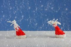 Weihnachten-Hüte und Schnee lizenzfreies stockbild