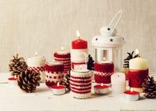 Weihnachten handgemacht Weihnachtskerzen im Kerzenhalter Knit Stockfotografie