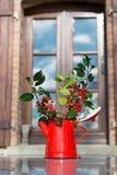 Weihnachten-hollies im Vase stockfoto