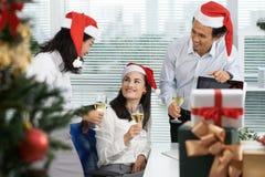 Weihnachten im Büro stockfotos