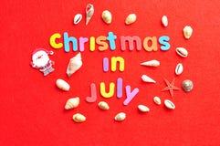 Weihnachten im Juli mit einer Sammlung von Oberteilen und von Weihnachtsmann-Zahl Lizenzfreie Stockfotografie