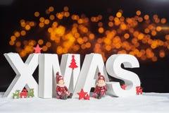 Weihnachten im weißen Buchstaben mit unscharfem hellem Hintergrund Lizenzfreie Stockbilder