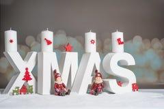 Weihnachten im weißen Buchstaben mit unscharfem hellem Hintergrund Lizenzfreies Stockfoto