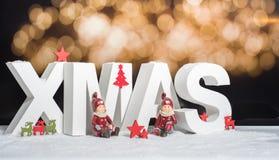 Weihnachten im weißen Buchstaben mit unscharfem hellem Hintergrund Lizenzfreie Stockfotos