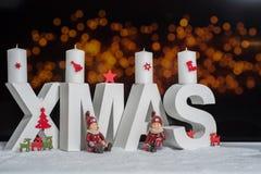Weihnachten im weißen Buchstaben mit unscharfem hellem Hintergrund Stockbild