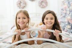 Weihnachten ist über das Verbringen von Zeit mit Freunden Kleine Mädchen im Bett auf Weihnachtsabend Glückliche Kinder haben Weih stockfoto