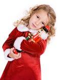 Weihnachten: Kleines Mädchen gibt Umarmung des Nussknacker-A lizenzfreies stockfoto