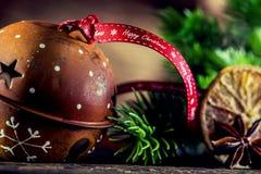 Weihnachten Klingelglockenweihnachtsdekorationen und -band mit glücklichem Weihnachten des Textes Stockfotos
