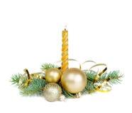Weihnachten-komposition mit einer brennenden Kerze Stockbilder